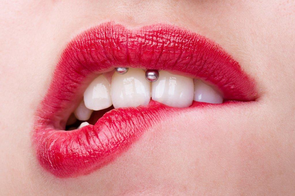 PiercIng en el frenillo del labio superior sonrisa perforacion