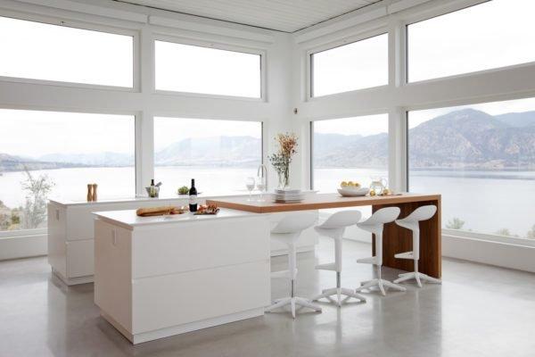 cocinas-blancas-con-isla-con-madera
