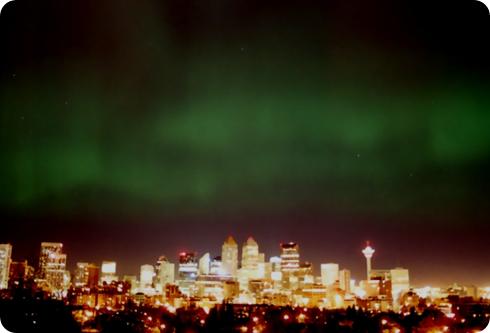 aurora boreal sobre la ciudad de Calgary, Canadá