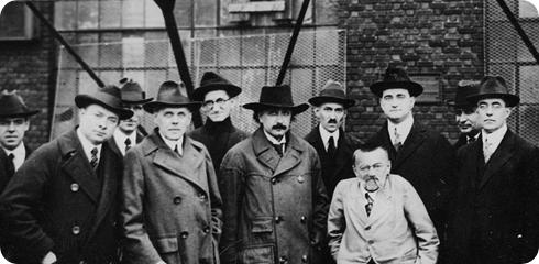 Tesla a la derecha de Einstein (en la foto), en una reunión de 1918