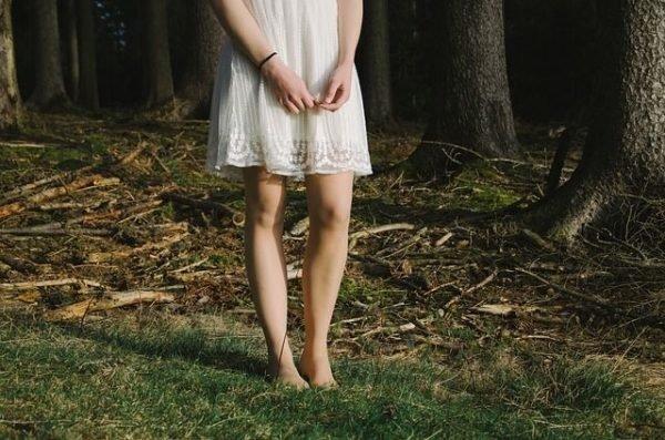 como-depilarse-con-hilo-vestido-blanco