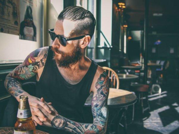 tatuajes-hombres-sexys-camiseta-tirantes
