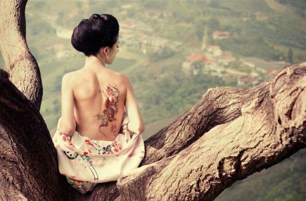 Tatuaje en la espalda flores