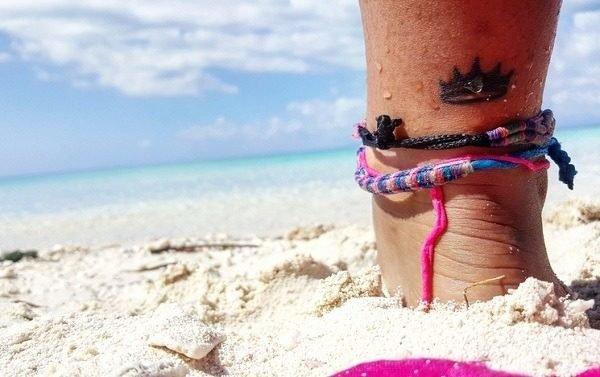 Tatuajes de coronas tobillo