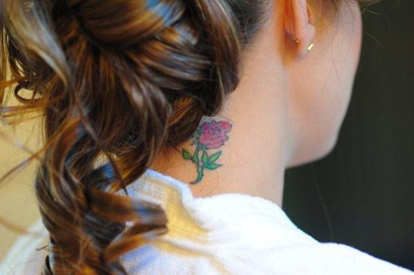 Tatuajes de flores pequenas en el cuello