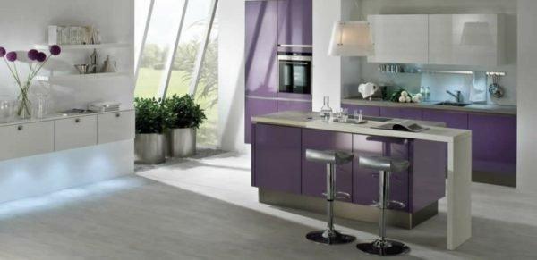 cocina-con-isla-de-colores-morado