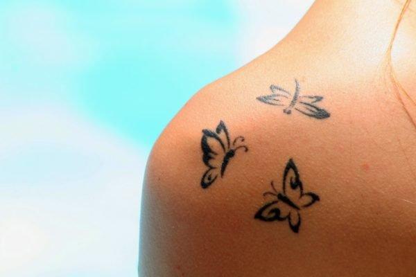 los-mejores-tatuajes-pequeños-mujeres-mariposas-hombros