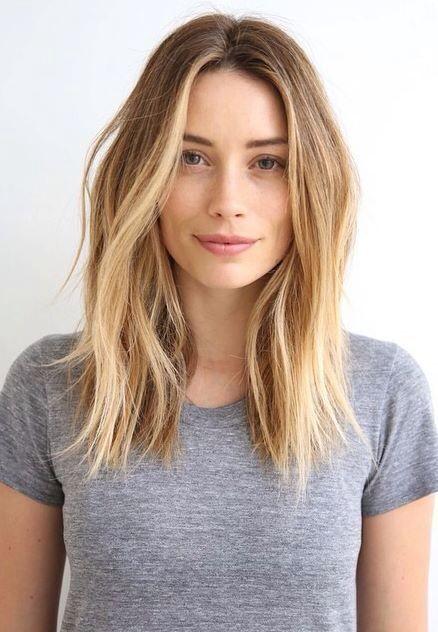 peinados-de-mujer-pelo-largo-liso-raya-en-medio-rubia