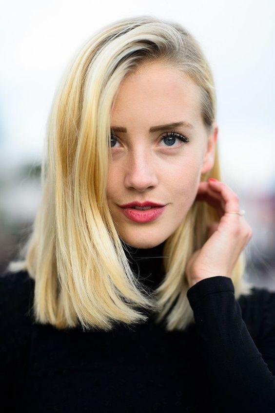 peinados-de-mujer-pelo-largo-raya-a-un-lado-rubia