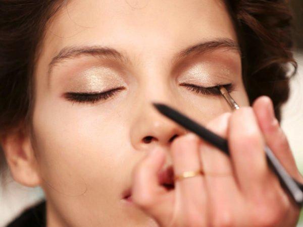 trucos-de-maquillaje-para-estar-perfecta-perfilador-de-ojos