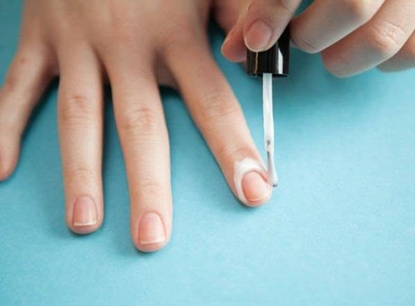 como-pintarse-las-unas-vaselina-alrededor-del-dedo