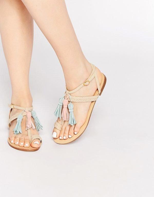 sandalias-con-pompones-asos-colores-claros