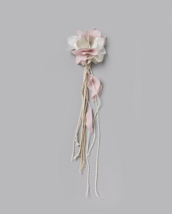 vestidos-de-comunion-el-corte-ingles-nina-complemento-prendido-flor-rosa