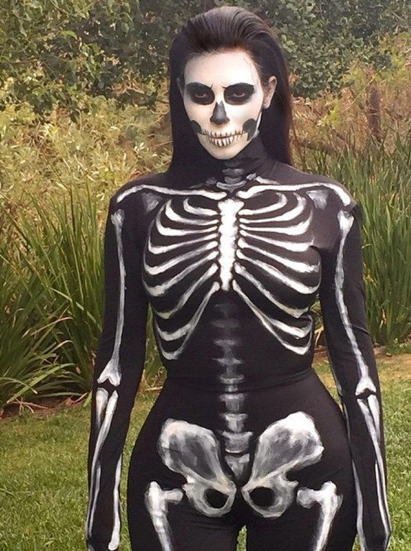 disfraces-de-famosos-kim-kardashian-halloween-esqueleto