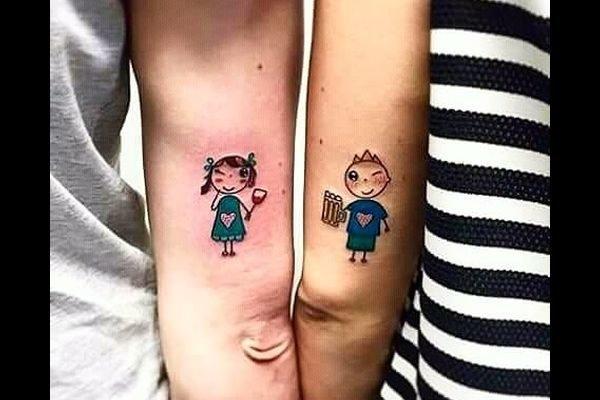 los-mejores-tatuajes-pequenos-mujeres-amigas-munecos
