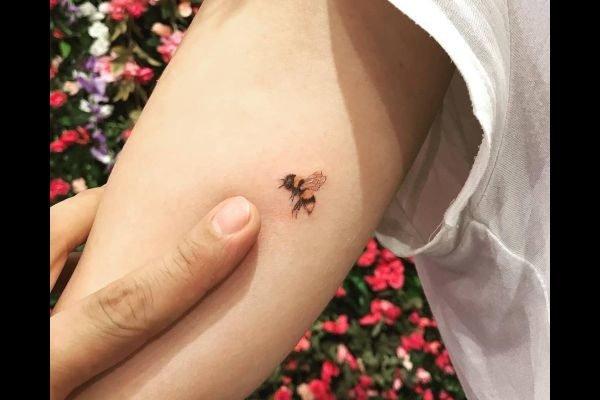 los-mejores-tatuajes-pequenos-mujeres-originales-abeja