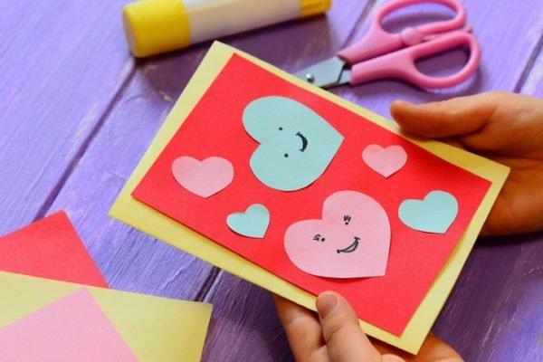 Tarjetas para san valentin hechas a mano con corazones recortados de cartulina