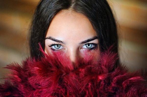 ampollas-de-proteoglicanos-mujer-plumas-rojas