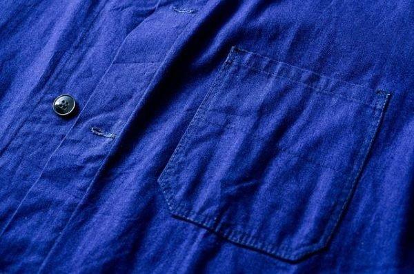 colores-que-combinan-con-el-azul-electrico-camisa