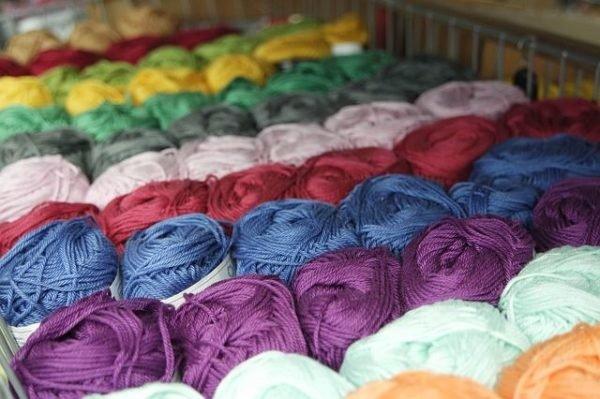 colores-que-combinan-con-el-azul-electrico-lana