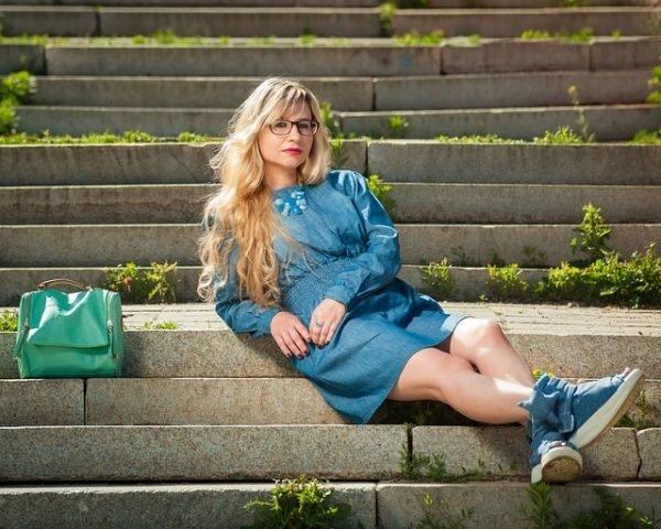 colores-que-combinan-con-el-azul-electrico-mujer-vestido