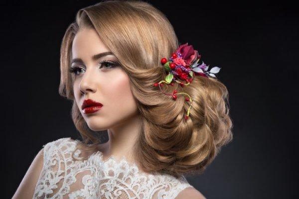 Recogido bajo para novia de lado ondas flor