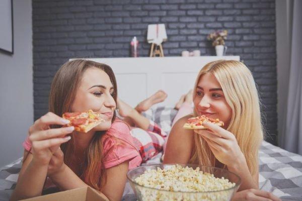 Que necesitas para una fiesta de pijamas comida pizza y palomitas