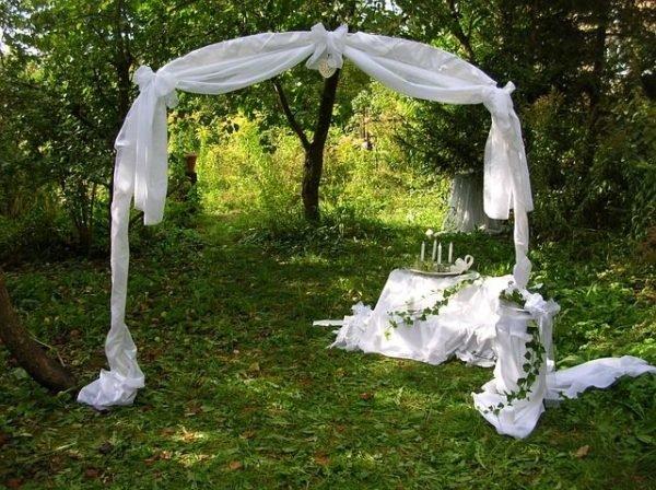 celebrar-boda-en-el-jardin-altar