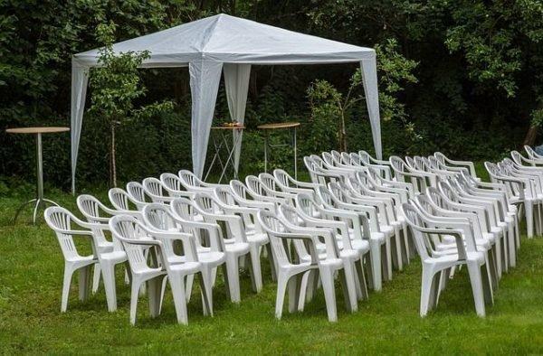 celebrar-boda-en-el-jardin-novios-sillas