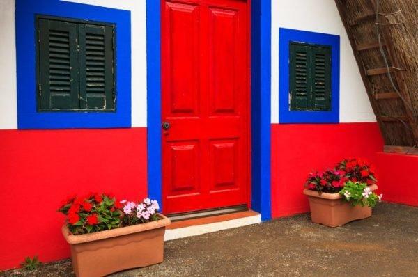Colores de fachadas para casas roja azul y blanca