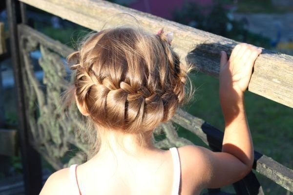 peinados-ninas-corona-istock