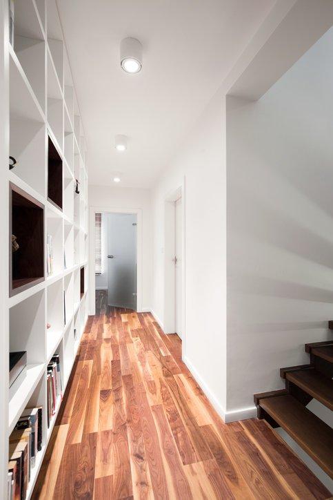 Como decorar un pasillo largo estanterias