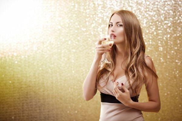 que-tinte-favorece-a-las-morenas-champagne-oscuro