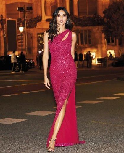 Vestido de fiesta rosa fucsia con raja Pronovias