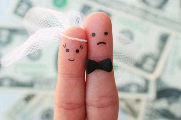 ideas-regalos-de-boda-originales-dedos-novios-istock