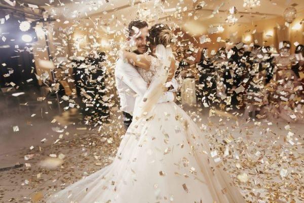 ideas-regalos-de-boda-originales-novios-bailando-istock