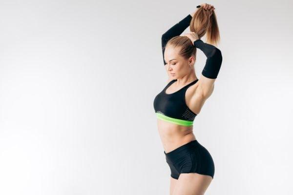 peinados-pra-hacer-deporte-mujer-se-recoge-el-pelo-istock
