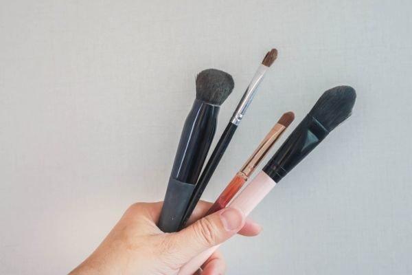 como-limpiar-brochas-de-maquillaje-brochas-y-pinceles-istock