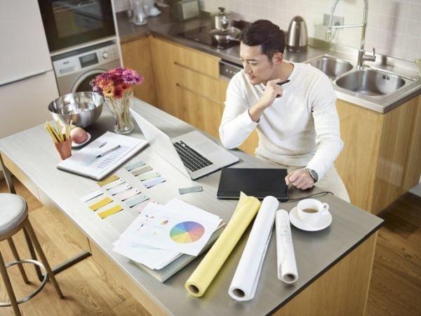 como-montar-una-oficina-en-casa-disenador-cocina-istock