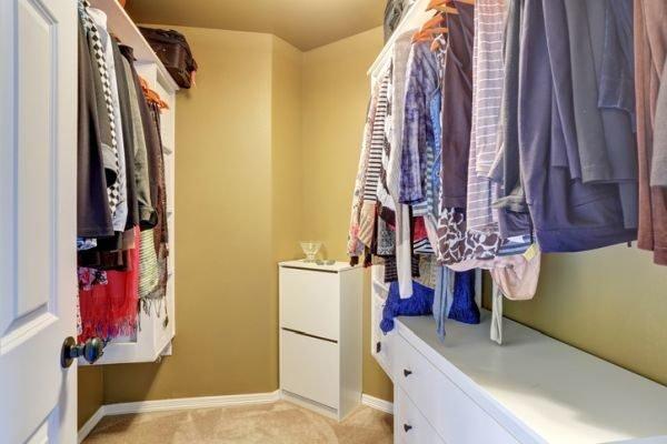 como-organizar-armarios-empotrados-pared-crema-istock