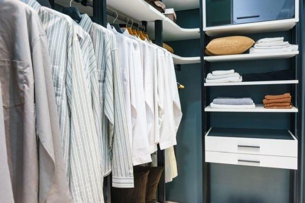 como-organizar-armarios-empotrados-ropa-a-distinta-altura-istock