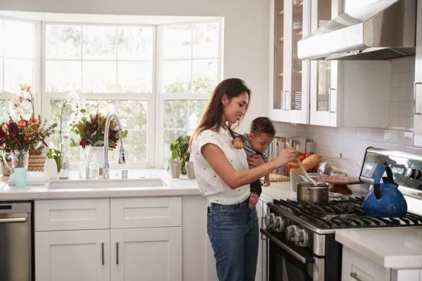 planes-para-hacer-en-casa-cuarentena-coronavirus-cocinando-con-nino-istock