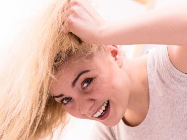 Mujer tocando su pelo rubio