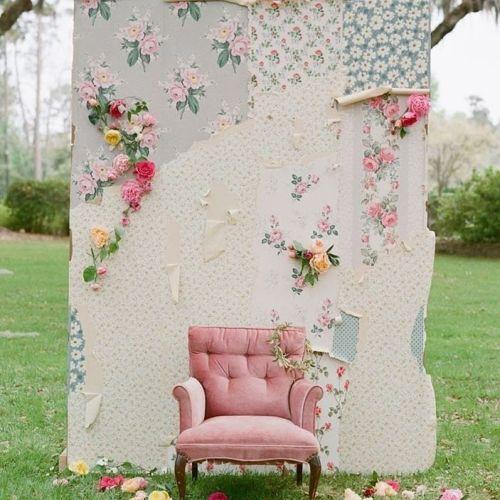 Photocalla con sofá y flores en jardín