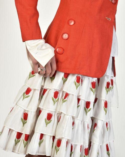 Vestido de flores con chaqueta roja cabincore