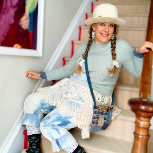 Mujer sentada en escalera ropa estilo cabincore