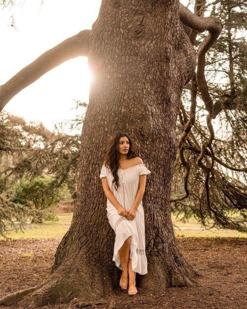 Mujer con vestido blanco en el bosque