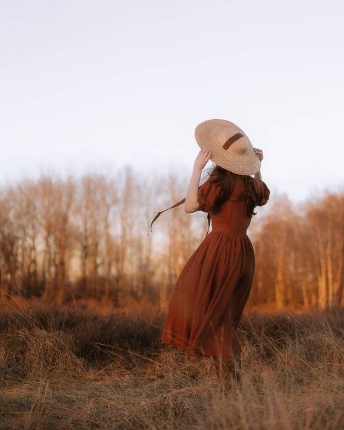 Mujer con vestido y sombrero Cottagecore