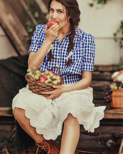 Mujer estilo cottangecore comiendo manzanas