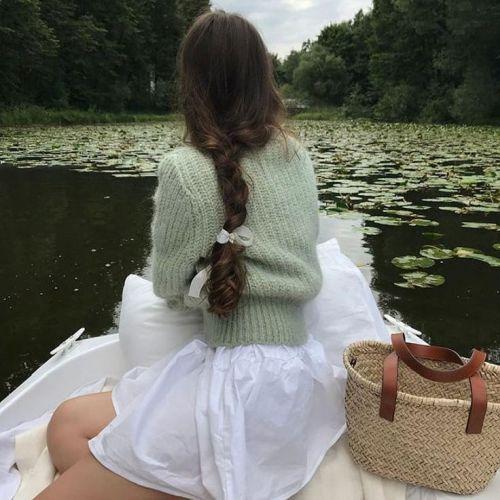 Joven en barca ropa estilo cottagecore